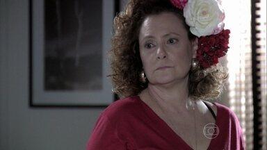 Márcia dá um ultimato para Atílio - Ela cobra uma decisão e afirma que não vai esperar muito tempo por ele