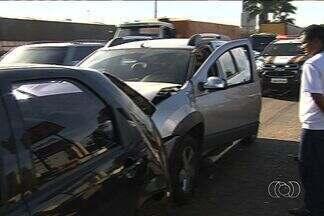 Acidente com três carros deixa trânsito lento na BR-153 em Goiânia - O engavetamento aconteceu nas proximidades do viaduto do Parque das Laranjeiras. Ninguém ficou ferido.