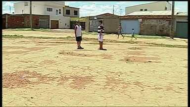 Moradores da Vila Buritizinho reclamam da falta de asfalto - Moradores da Vila Buritizinho, em Sobradinho 2, reclamam das condições das ruas. Sem asfalto desde a criação da região, em 2010, nem os ônibus entram no local.