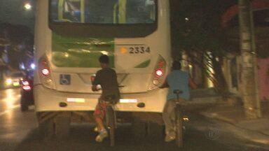 Motorista é agredido por jovem que pegava 'rabeira' - Ciclista jogou ripa em vidro que atingiu rosto de motorista.