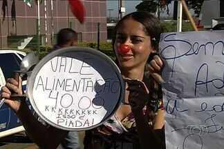 Servidores de escolas municipais fazem protesto em Aparecida de Goiânia - Há quatro dias os funcionários administrativos, como merendeiros, estão parados. Eles reivindicam aumento de salário e valorização do trabalho.