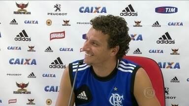 Após primeiro gol com a camisa do Flamengo, Elano diz que sonha em jogar Copa do Mundo - Após treinamento que contou com a presença do ex-técnico do clube Andrade, jogador explicou que precisa fazer o melhor para voltar à Seleção.
