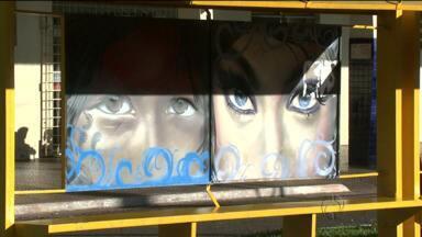 Arte do grafite é mostrada em paradas de ônibus - Em Rolândia, iniciativa quer acabar com as pichações nos pontos de ônibus.