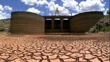 Moradores do Sudeste enfrentam altas temperaturas e falta de chuva - Em São Paulo, o mês de janeiro foi o mais quente dos últimos 71 anos. As temperaturas está quase 5ºC acima da media. Na represa que abastece a capital paulista, o solo lembra o sertão nordestino.