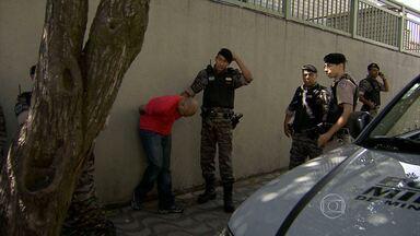Suspeitos são presos após assaltar prédio no bairro Caiçara, em BH - Dois homens invadiram um apartamento na Região Noroeste.