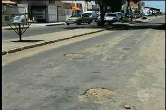 Ruas e avenidas de Petrolina estão esburacadas - O estado das vias acaba trazendo prejuízos para motoristas e, por isso, as reclamações continuam.