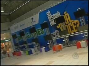 """Estrutura está pronta para receber TEM Games no Marília Shopping - Os competidores vão disputar para saber quem são os melhores no """"Pro-evolution Soccer 14"""" e no """"Super Street Fighter 4"""". No domingo (2), o evento prossegue com os classificados no primeiro dia."""