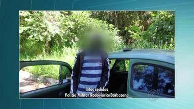 Condutor faz zigue-zague e é preso por dirigir embriagado em Barbacena - Segundo a PM, o motorista apresentava sinais notórios de embriaguez. Testemunhas disseram que ele chegou a dirigir na contramão.