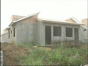 Atraso na entrega de casas da CDHU gera reclamações em Angatuba - Moradores de Angatuba (SP), que esperavam a finalização das obras para construção de algumas casas da CDHU para este mês, vão ter que aguardar pelo menos mais um ano. Os trabalhos foram paralisados e a prefeitura precisou fazer nova licitação.