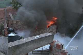 Incêndio destroi casa no bairro do São Francisco, em São Luís - Segundo testemunhas, o fogo começou depois que um fogareiro caiu no sofá.