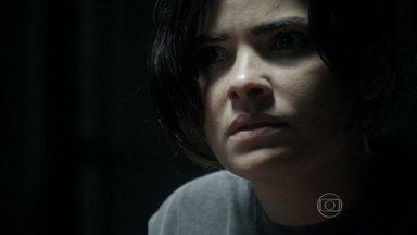 Aline revela plano de vingança para César - A vilã despreza o perdão e o apelo do médico para que eles se reconciliem. César passa mal depois que Aline cospe em sua cara