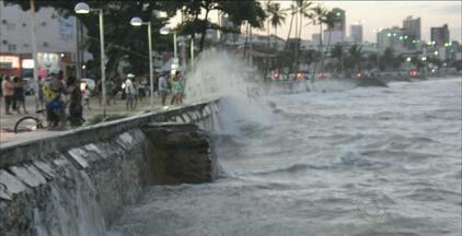 Ressaca do mar surpreendeu quem passava pela orla de João Pessoa - Maré foi uma das maiores do ano e atraiu a atenção de muitas pessoas que passavam pela praia do Cabo Branco.