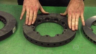 Razia visita a fábrica que fornece os freios da Fórmula 1 - O piloto conta como os freios evoluíram e ainda explica o funcionamento do freio atual, que é de carbono.