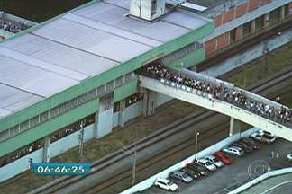 Problema em trem provoca lentidão na Linha 3-Vermelha, do Metrô - Um problema na tração de um trem na estação na Guilhermina-Esperança provocou lentidão na circulação da Linha 3- Vermelha, do Metrô, na manhã desta segunda-feira (3). Por volta das 6h45, formou-se uma fila na entrada da estação.