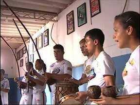 Instrutor de capoeira escreve cartilha e leva a arte para diversos países - O instrutor de capoeira Douglas Antônio Oliveira escreveu a cartilha onde apresenta tudo o que aprendeu com a arte. A revista, com ilustrações da capoeira, já é internacional.
