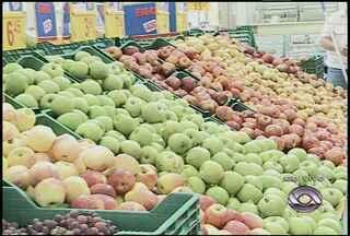 As frutas da estação são as opções mais baratas para não exagerar nos gastos - A repórter mostra ao vivo, em um supermercado, quais as opções de frutas da estação e quais custam menos