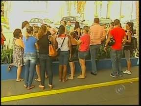 Professores de Paraguaçu Paulista protestam contra cancelamento de atribuições - Os professores de Paraguaçu Paulista protestaram contra o cancelamento das atribuições de aulas pela prefeitura.