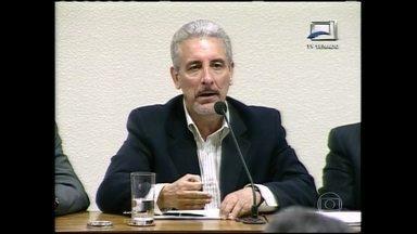 Polícia italiana fala sobre prisão de Henrique Pizzolato - O ex-diretor de marketing do Bando do Brasil, condenado no Mensalão, está preso em Modena. Ele vai responder no país pelo uso de documentos falsos. Diversos documentos falsificados, além do passaporte, foram encontrados no momento da prisão.