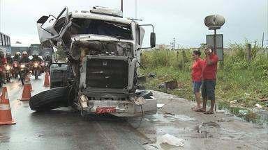 Acidente com carreta engarrafa trânsito na BR-101 - Colisão não deixou vítimas e os dois veículos já estão no acostamento.