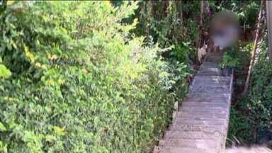 Aposentada de 85 anos é feita refém dentro de casa em Vitória - Filha da vítima entrou em luta corporal com o criminoso.Suspeito fugiu para mata e levou dinheiro e dois celulares.