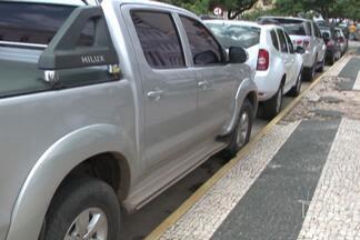 Veja flagrantes de irregularidades de trânsito, no Centro de São Luís - Na falta de vagas para estacionar, órgãos públicos reservam lugares para veículos em área pública, o que, de acordo com a secretaria municipal de trânsito, é proibido.
