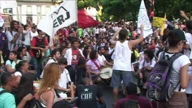 Cinegrafista fica ferido durante protesto no Rio - Cerca de mil manifestantes protestaram contra o reajuste de 9,09%, que vai entrar em vigor no sábado: de R$ 2,75 para R$ 3,00. Houve explosões no confronto com a polícia.