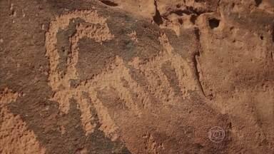 Inscrições feitas na pedra há milhares de anos revelam como encontrar água no deserto - Como atravessar quase 100 quilômetros de deserto e chegar à civilização sem morrer de sede? São mais de 20 mil inscrições formando uma das coleções mais ricas do mundo.