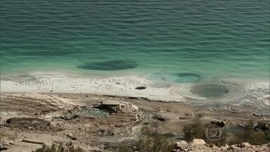Buracos com mais de 20 metros de profundidade surgem com esvaziamento do Mar Morto - De uma hora para outra, a consequência deste esvaziamento do Mar Morto foi surpreendente. São Mais de três mil abismos, praticamente um novo buraco por dia.