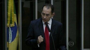 João Paulo Cunha renuncia ao mandato de deputado federal - O advogado de João Paulo Cunha, preso em Brasília na última terça-feira (4), entregou o pedido de renúncia à Câmara. Na carta, o deputado diz que tem a consciência do dever cumprido.