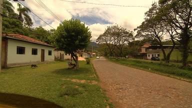Vilarejo de Padre Viegas, em Mariana, se destaca pela tranquilidade - Local é pacato, com poucas pessoas nas ruas e onde as crianças podem brincar despreocupadas na porta de casa.