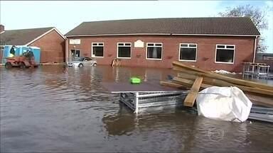 Governo é criticado pela demora em agir na prevenção de inundações na Inglaterra - A Inglaterra sofre com o tempo. Algumas regiões estão debaixo d'água há quase um mês. E o governo está sendo criticado pela demora em agir para prevenir as inundações.