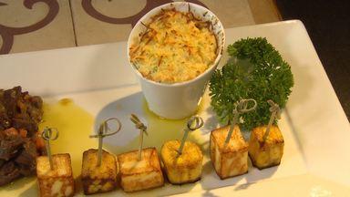 Desafio: chef faz ragu de carne de sol, com queijo coalho, suflê de mandioca e banana - Veja receita