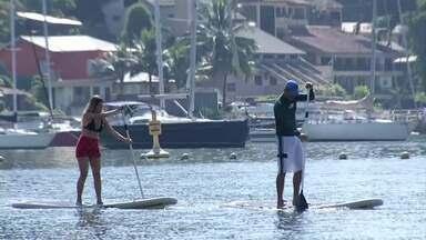 Plugue apresenta tribo de Angra dos Reis, RJ, que pratica stand up paddle - Criado há mais de 50 anos, o esporte, que também é conhecido como sup, surgiu no Havaí como forma de ajudar surfistas iniciantes a se manter sobre a prancha. Nos Estados Unidos, ele também é chamado de beach boy surfing.