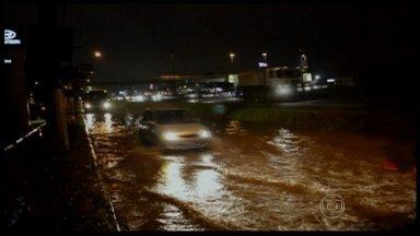 Chuva alaga ruas e provoca a morte de um menino em São Paulo - No início da noite de sexta-feira (14), em Guarulhos, um menino de 11 anos que voltava da escola morreu ao cair num córrego durante uma enchente. Os reservatórios ainda estão com nível baixo de água.