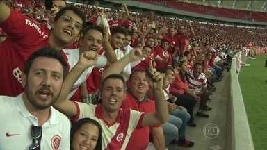 Colorados se emocionam no primeiro contato com o novo Beira-Rio - Dez mil sócios assistiram à partida teste entre Internacional e Caxias pelo Campeonato Gaúcho.