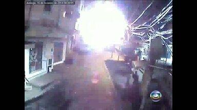 Imagens mostram tiros entre traficantes e policiais na Rocinha - O RJTV teve acesso a imagens exclusivas do confronto entre traficantes. A troca de tiros no meio da rua levou pânico à comunidade.