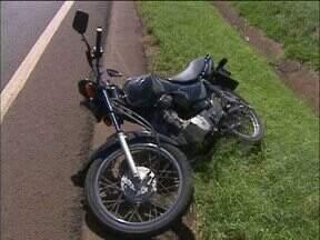 Motociclista se envolve em acidente na BR-277, em Foz do Iguaçu - Ele não conseguiu desviar de um homem que atravessava a rodovia. O pedestre teve fratura exposta e foi levado ao Hospital Municipal.
