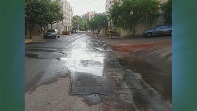 Moradora envia imagens de desperdício de água em bairro de Ribeirão - Ela mostra fotos de dois trechos que estão empoçados prejudicando o asfalto das vias enquanto outros locais sofrem com a falta de abastecimento.