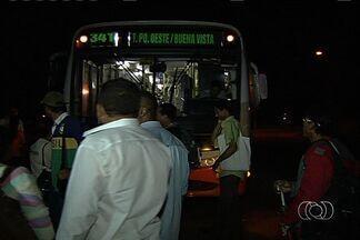 População protesta por melhoria no transporte coletivo em Goiânia - Moradores do Residencial Buena Vista 4, nas proximidades da BR-060, em Goiânia, protestam desde a madrugada desta segunda-feira (24) por melhorias no transporte coletivo.