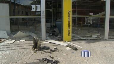 Quadrilha explode caixas eletrônicos dos três bancos de Santa Branca, SP - Ação aconteceu por volta das 4h e ocorreu de maneira simultânea. Segundo a PM, foram explodidos 10 caixas eletrônicos na cidade.
