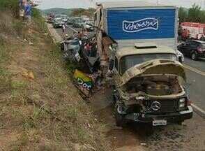 Homem fica preso às ferragens em acidente na BR-104, em Agrestina - Caminhão carregado com alimentos bateu em uma caminhonete. Tráfego no trecho foi controlado, segundo inspetor da PRF.