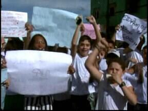 Professores e alunos manifestam contra superlotação de salas em MG - Mudanças aconteceram em uma escola do distrito de Divinópolis.Superintendência informou que fará adequação no espaço físico do local.
