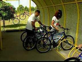 Bicicletário e nova ciclofaixa são inaugurados em Uberaba - Bicicletas serão disponibilizadas para maiores de 18 anos, diz secretário de esportes. Ação contempla Parque das Acácias.