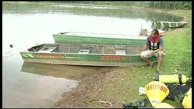 Dono de barco onde morreram sete pessoas admite que errou - Um barco com capacidade de quatro pessoas recebeu dez, de uma mesma família mais o piloto, para um passeio no Lago Corumbá III. Ele acabou afundando e sete pessoas morreram na tragédia. O dono do barco não tinha licença para pilotar.