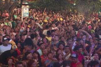 Foliões aproveitam o último fim de semana do pré-Carnaval de São Luís - Comércio comemora as boas vendas de artigos de carnaval. E em ano de copa, fantasias e acessórios ganham as cores verde e amarela. E depois de comprar a fantasia, muita gente caiu na folia no fim de semana.