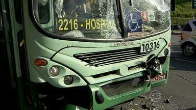 Batida entre dois ônibus deixa dezesseis feridos na Avenida Antônio Carlos, em BH - De acordo com o Corpo de Bombeiros, ninguém ficou ferido com gravidade.