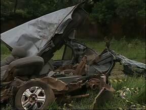 Acidente entre carro e caminhão mata duas pessoas em Cerquilho - Um casal morreu na tarde desta segunda-feira (24) depois de um acidente em Cerquilho (SP). De acordo com a Polícia Rodoviária, um carro e um caminhão bateram de frente. As vítimas, um homem de 48 anos e uma mulher de 40 anos, estavam no carro.