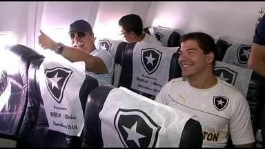 Botafogo viaja para o Chile apoiado pela torcida - Torcedores viajaram no mesmo voo da delegação alvinegra.