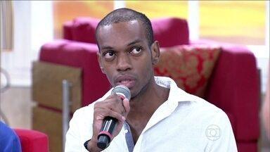 Vinicius Romão conta o que viveu na prisão e fala de cabeça raspada - Ator também fala como foi sua primeira noite em casa