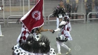 Leandro de Itaquera desfila debaixo de chuva forte - No meio do desfile da Leandro de Itaquera, caiu uma chuva forte em São Paulo. Os integrantes tiveram que mostrar mais disposição para não deixar o desfile cair na animação.